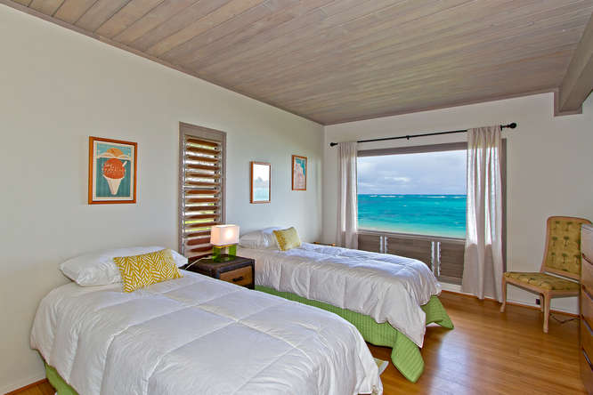 Guest bedroom with ocean view and 2 twin beds
